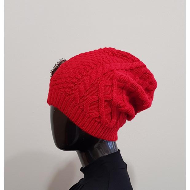 Raudona kepurė su sage